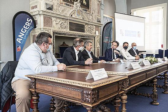 Photo de la signature de convention entre la Ville d'Angers et la Fédération française d'athlétisme