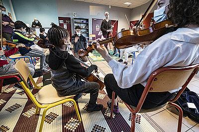 Les jeunes musiciens de l'orchestre Demos sur la scène du Quai