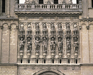 Façade occidentale, galerie sculptée du XVIe siècle par Jean Giffard et Antoine Desmarais représentant saint Maurice et sept de ses compagnons (copies de 1909) © Cliché Patrice Giraud. Inventaire général.