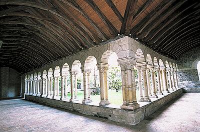 Le cloître situé à l'ouest se compose de trois galeries dont deux de style roman © Ville d'Angers - Cliché Thierry Bonnet.