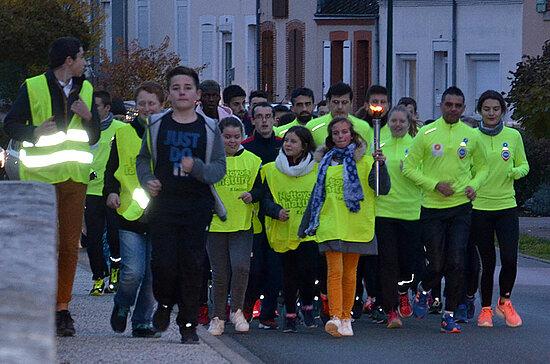 Les relayeurs arrivent à Vibraye dans la Sarthe où la dernière cérémonie de la journée s'annonce émouvante, avec la participation des enfants de la ville qui se sont portés volontaires pour porter le flambeau et accompagner le relais en petite f