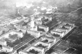 L'hôpital vers 1920, vue aérienne.Cliché M. de Farcy. © CHU d'Angers.