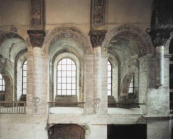 Tribune du collatéral* sud : vue des berceaux transversaux et des grandes fenêtres. P. GIRAUD © Inventaire général - ADAGP, 1981.