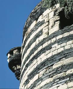 L'appareillage de la forteresse :alternance du schiste et du calcaire © Cliché Bernard Renoux. C.M.N. Paris.
