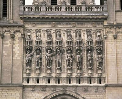 Fachada occidental, galería esculpida del siglo XVI por Jean Giffard y Antoine Desmarais. Representación de San Mauricio y siete de sus caballeros (copias de 1909)
