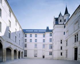 Vue d'ensemble sur la cour d'honneur du logis Barrault © Cl. Inv. Général F. Lasa