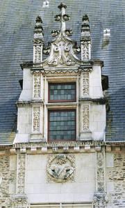 Lucarne centrale et médaillon Renaissance de la façade sur cour © Ville d'Angers. Cliché Thierry Bonnet.