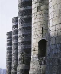 Las imponentes torres del frente occidental del castillo, a lo largo del boulevard  Général de Gaulle © Imagen de Bernard Renoux Centro de Monumentos Nacionales.  Paris.