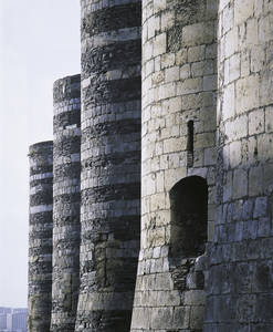 Les puissantes tours du front occidental du château le long du boulevard du Général de Gaulle © Cliché Bernard Renoux. C.M.N. Paris