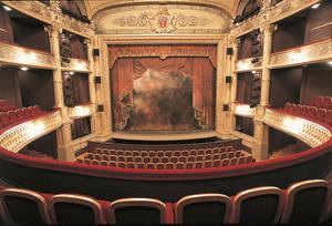 """La """" salle à l'italienne """" : vue d'ensemble sur le parterre, les balcons et la scène © Photothèque Ville d'Angers.Photo Patrice Campion."""