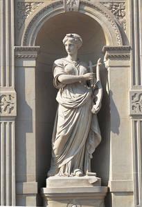 Détail de la façade : statue de la Musique par Hippolyte Maindron