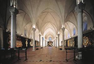 avec ses contreforts où se mêlent tuffeau et schiste ardoisier. La galerie, vestige d'un ancien cloître, date du XVIIe siècle © Musées d'Angers - Cliché Pierre David.
