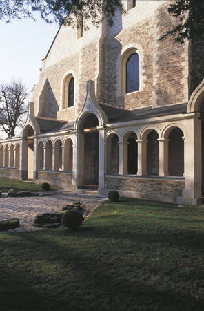 Façade of the 12th century Great Hall for the Sick with its blend of tufa and slate schist buttresses. The gallery, with its vestiges of the former cloister, dates back to the 12 th century © Angers Museum - Picture Pierre David.