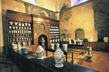 The hospital pharmacy exhibited in the Great Hall for the Sick since 1962 and the cloister located on the West side consists of three galleries two of which are Roman style © Angers City- Picture Thierry Bonnet