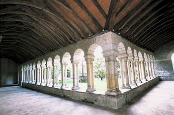 El claustro, situado al oeste, se compone de tres galerías de las cuales dos son de estilo romano.