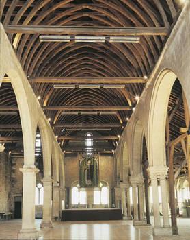 Interior del granero del hospital Saint-Jean (siglos XII - XVI).