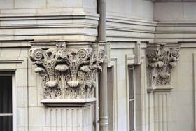 Détail de la façade : chapiteau corinthien et entablement © Ville d'Angers - Cliché Thierry Bonnet
