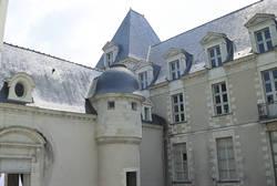 Bâtiments conventuels encadrant la cour d'honneur