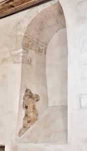 Décor peint d'une baie romane du mur nord © Frédéric Chobard
