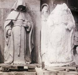Restauration de la sculpture de la pénitente par Georges Chesneau, en 1930 : à gauche, modèle en terre ; à droite, estampage des vestiges.La sculpture est visible à la base extérieure de la cheminée.Archives municipales d'Angers, photothèque don