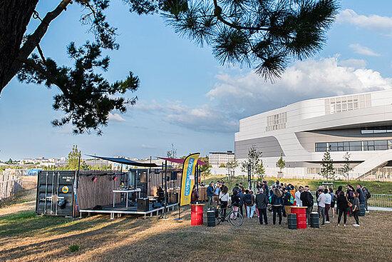 """Photo des """"containers à musique"""" installés plaine Saint-Serge."""