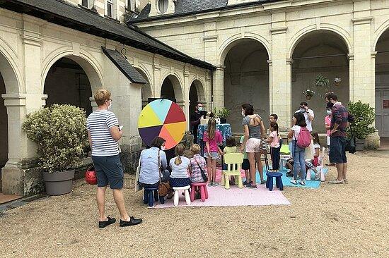 """Photo de la """"roue du patrimoine"""" dans le jardin des beaux-arts."""
