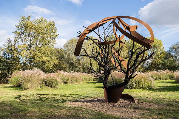 Trois arbres d'acier à découvrir au parc Balzac