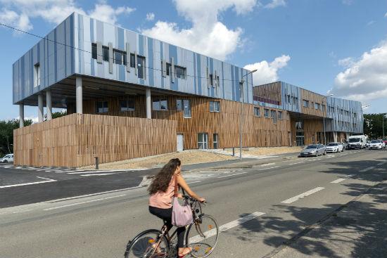 Le bâtiment constitue une sorte de trait d'union entre la ville et le bois.