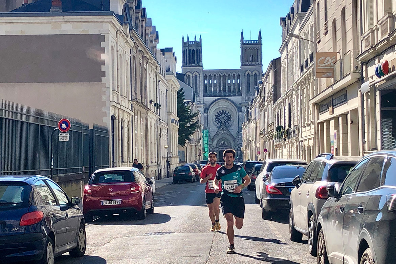 Départ matinal pour les coureurs des trails, avec pour certains un départ à Brissac et un parcours de 30 km avant d'arriver à Angers.