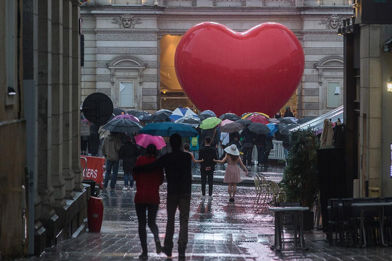"""Accroche-coeurs 2017, pluie place du Ralliement pour le thème """"so british""""."""