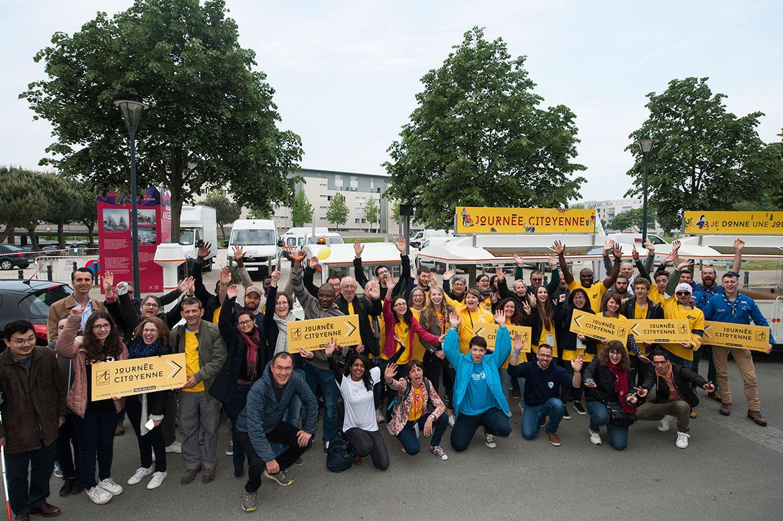 Groupe de bénévoles, à 9h, au village devant le théâtre Le Quai.