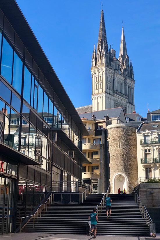 Quelques marches à monter place de la République. Un avant-goût du défi Saint-Maurice?