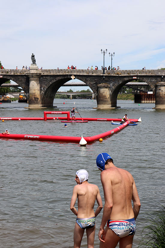 Water-polo dans la Maine, au pied du pont de Verdun.