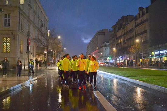 Les trombes d'eau qui déferlent sur Angers n'entament en rien la détermination des relayeurs sur les derniers mètres, boulevard Foch.