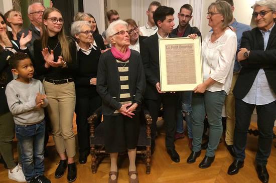 L'émotion est encore au rendez-vous dans les Salons d'honneur de l'hôtel de Ville où Christophe Béchu reçoit Andrée Vacher et sa famille. Andrée est née le jour de l'Armistice, le 11 novembre 1918, à Bel Air de Combrée. Elle se voit reme