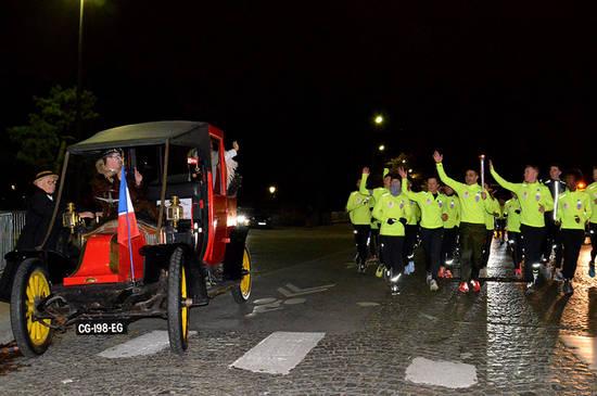 Sur les premiers kilomètres, les coureurs son escortés de la gendarmerie et d'un Taxi de la Marne. Ce soir-là, vers 22 heures, la première étape les conduits au monument Pershing de Versailles.