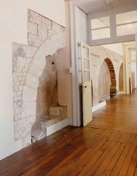 Vestiges des trois arcades intérieures de la salle synodale.
