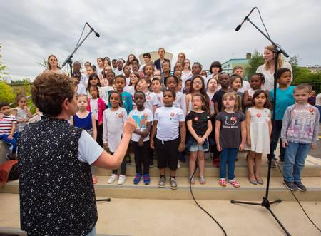 Présentation d'une chorale par les enfants de l'école Voltaire