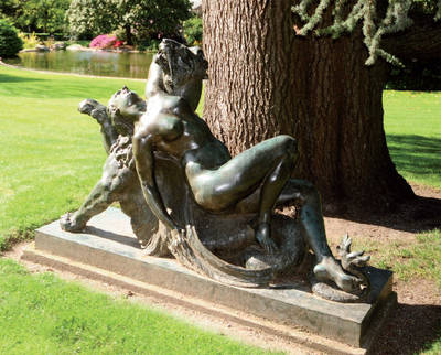 Photo de la Femme caressant une chimère.