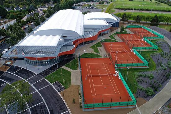 Vue aérienne de la halle de tennis.