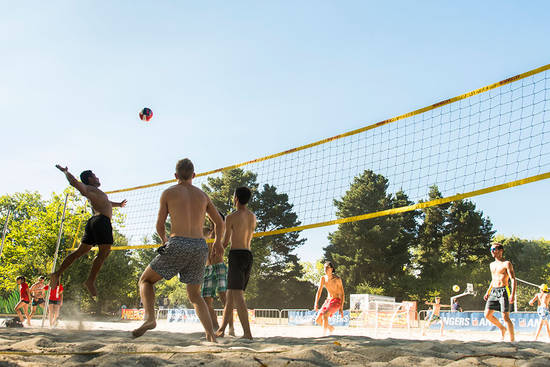 Photo d'illustration de volleyeurs au lac de Maine (beach volley).
