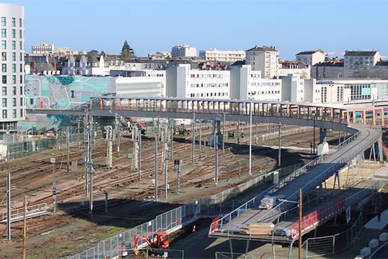 L'ouvrage de 140 mètres relie les places Sémard et Giffard-Langevin, avec un accès direct aux quais de la gare SNCF.