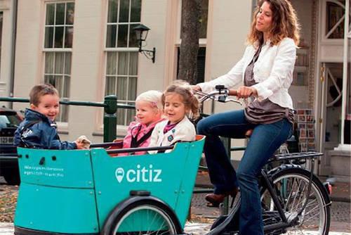 Photo d'illustration présentant une famille en vélo-cargo.