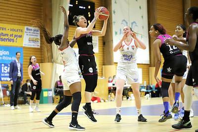 Les basketteuses de l'UFAB médaillées par la Ville