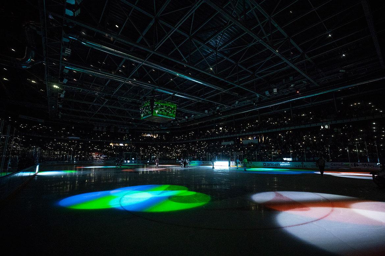 Ambiance et jeux de lumière pendant les arrêts de jeu.