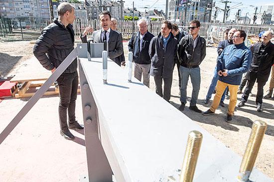 La nouvelle passerelle entrera en service début 2020, et reliera les places Pierre-Sémard et Giffard-Langevin, de part et d'autre des voies ferrées.