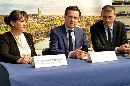 La convention a été signée lundi 25 février salle Jean-Bouin, par l'adjointe au Sport Roselyne Bienvenu, le maire d'Angers Christophe Béchu et Jean-Pierre Siutat, président de la Fédération française de basket.