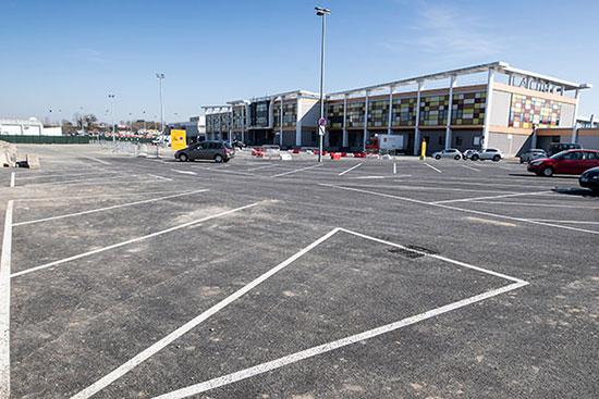 Le site du Doyenné bénéficie de la proximité des parkings de la cité et du centre commercial Saint-Serge.