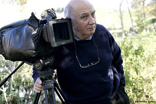 """Raymond Depardon interviendra au prochain festival Premiers Plans 2020 qui rendra hommage à ses films dans le cadre d'une large rétrospective. Ici sur le tournage de """"Profils paysans : la vie moderne"""", en 2008."""
