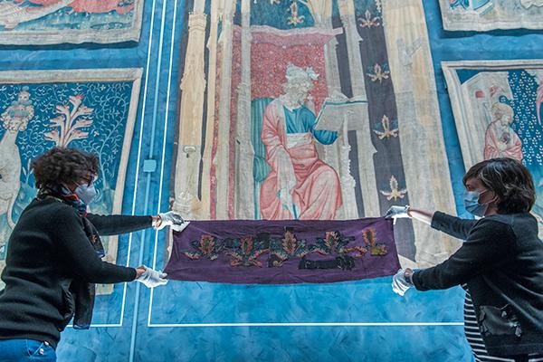 Des fragments perdus retrouvent la tapisserie de l'Apocalypse au château d'Angers